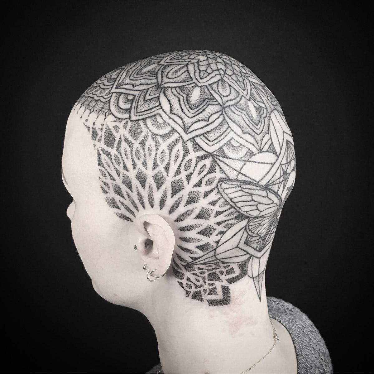 Moth and mandala head piece tatouage